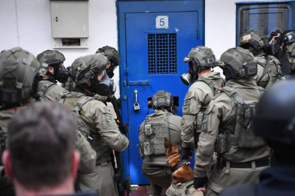 """أسرى (عوفر) يستصرخون من داخل سجنهم """"الاحتلال بدأ الحرب علينا"""""""
