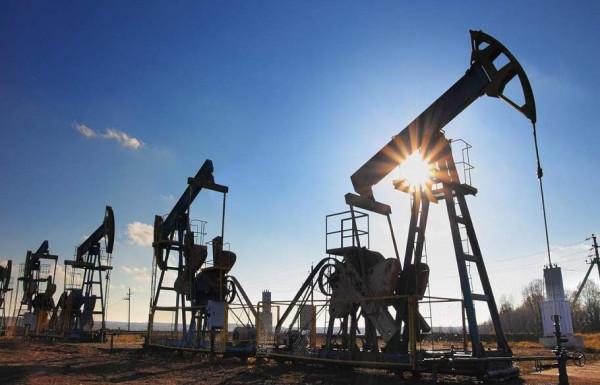 مع زيادة الانتاج الأمريكي.. النفط يهبط بنسبة 3 بالمئة