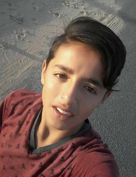 شاهد: قُطع راتب والده.. الشهيد الطفل شلبي يبحث عن عمل ويُشعل (فيسبوك)