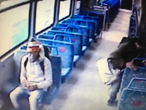 شاهد: سيجارة تتسبب في ترك أب بريطاني ابنه في القطار