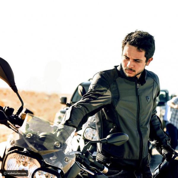 شاهد: بدراجة نارية.. ولي العهد الأردني يقطع الحدود السعودية