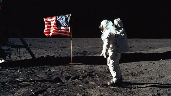 أمريكا تعود للقمر وتبقى هناك