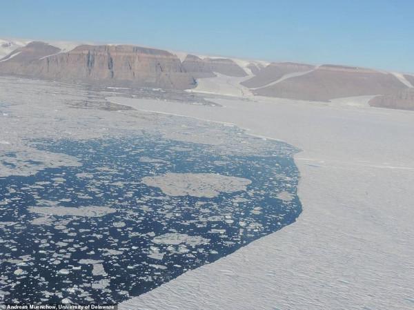 علماء يرصدون صدعا هائلا يمر عبر أحد أشهر الأنهار الجليدية