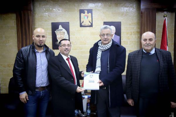محافظ طولكرم عصام أبو بكر يتسلم التقرير السنوي لجامعة القدس المفتوحة