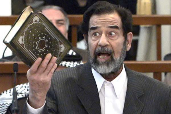 احتفظ بدمائه بالثلاجة.. تفاصيل مثيرة حول كتابة القرآن بدماء صدام حسين