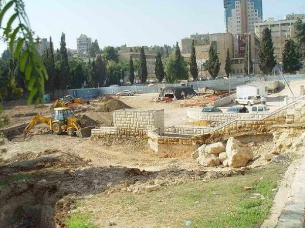 السياحة والآثار تُدين قرار الاحتلال بإزالة مقبرة مأمن الله التاريخية في القدس