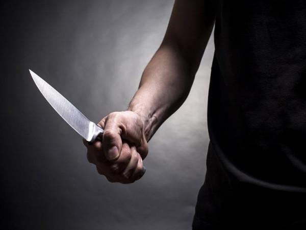 شاهد: واقعة غريبة بين موظفة وزميلتها أثناء هجوم بسكين في تايلاند