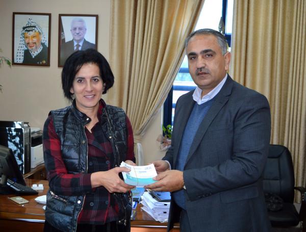 """وكيل """"التربية"""" يتسلم بطاقات ماراثون فلسطين الدولي ويؤكد المساندة لإنجاحه"""
