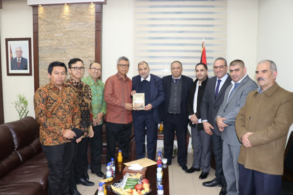 أبو سنينة يُطلع السفير الإندونيسي على انتهاكات الاحتلال في الخليل