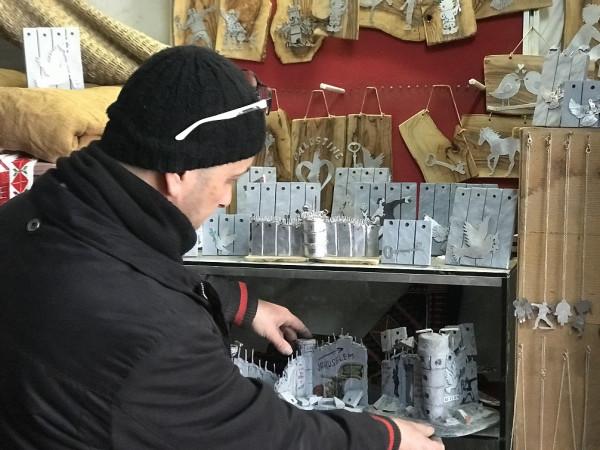فلسطيني من بيت لحم يحول أدوات القتل الاسرائيلية لفن يحمل رسائل انسانية