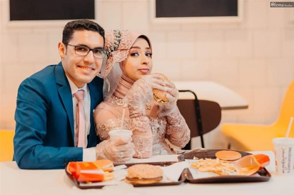 جلسة تصوير مبتكرة لعروسين مصريين في ماكدونالدز