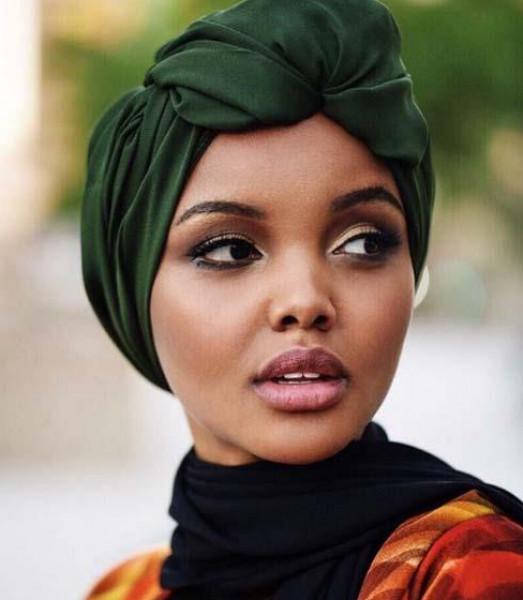 محتشمة وعصرية.. تألقي بحجابك على طريقة حليمة عدن