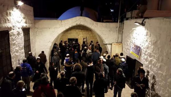شاهد: نحو 2000 مستوطن يؤدون طقوساً تلمودية في قبر يوسف بنابلس