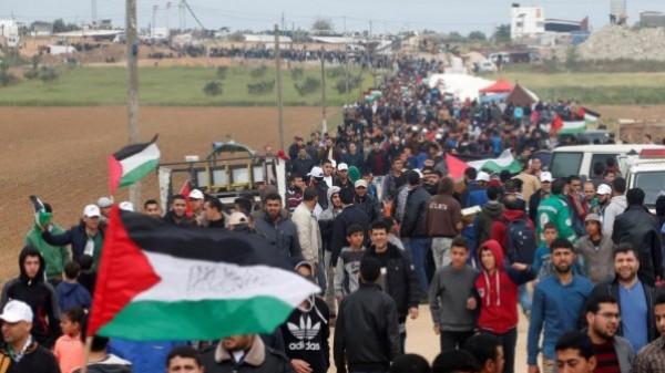 بدء توافد الجماهير لمخيمات العودة شرقي القطاع والاحتلال يطلق قنابل الغاز