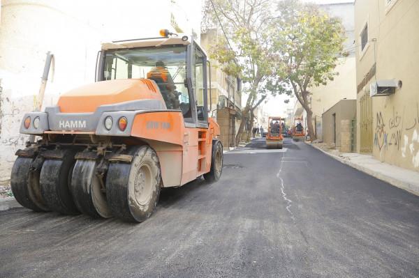 بلدية قلقيلية تباشر بتعبيد عدة شوارع في حي كفر سابا