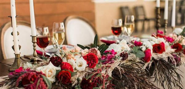 زيني حفل زفافكِ بأغصان الورود لطاولات أنيقة