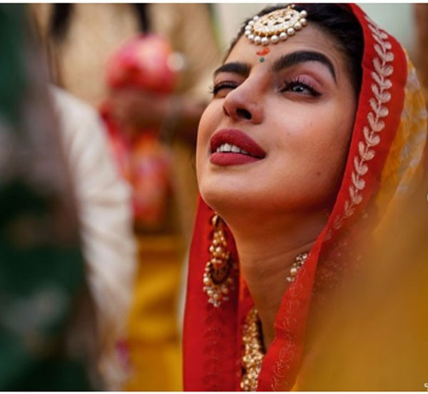 لم تكن عروس خجولة.. صور جديدة من حفل زفاف نجمة بوليود بريانكا شوبرا