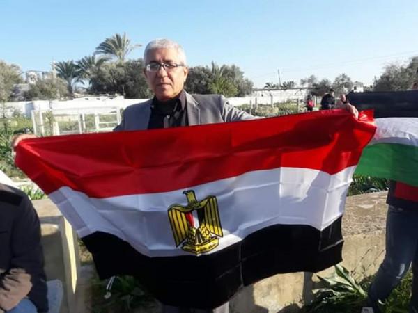 شاهد: فلسطيني يُحيي ذكرى انسحاب الاحتلال من غزة عام 1957 بطريقته الخاصة