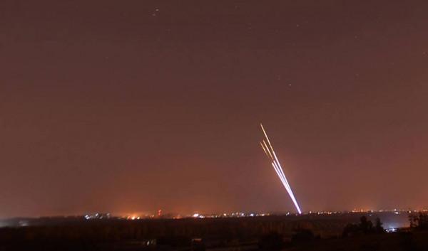 ردًا على الاستهدافات الإسرائيلية.. المقاومة تقصف مناطق غلاف غزة