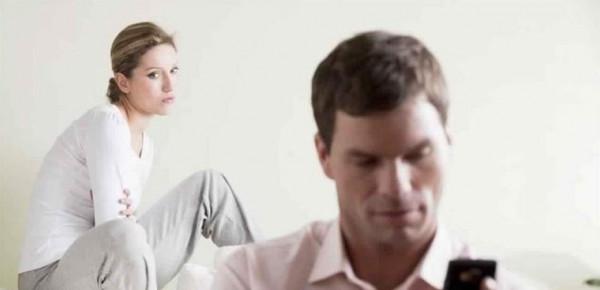 لماذا يتمسك الرجل بزوجته رغم خيانته لها؟ 3 أسباب لن تتوقعوها