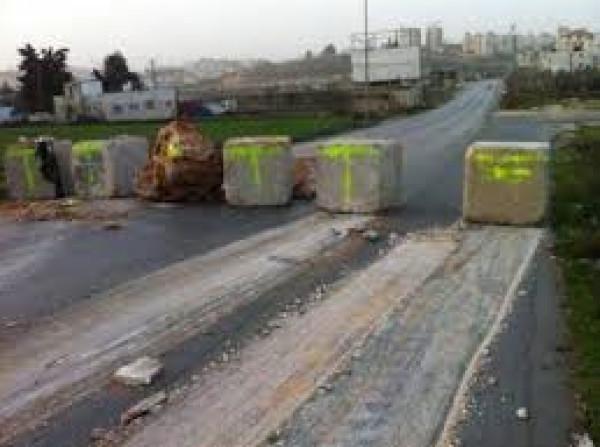 قوات الاحتلال تغلق طريق الجلزون الرئيس شمال البيرة