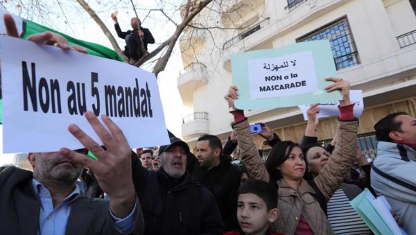 الجزائر تشهد أضخم موجة تظاهرات.. والأمن يغلق طرق رئيسية بالعاصمة