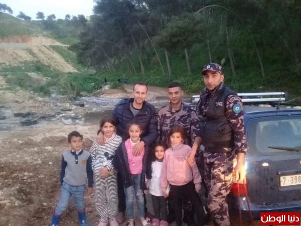 الدفاع المدني يحرر اسرة علقت مركبتهم داخل وادي شمال نابلس