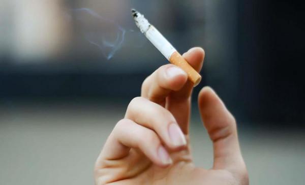ما حكم الجلوس بجوار زملاء وهم يدخنون وأنا صائم؟.. الإفتاء تجيب