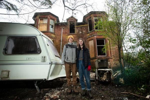 شاهد:  زوجان يعيشان في عربة يحصلان على قصر بدلا من شقة