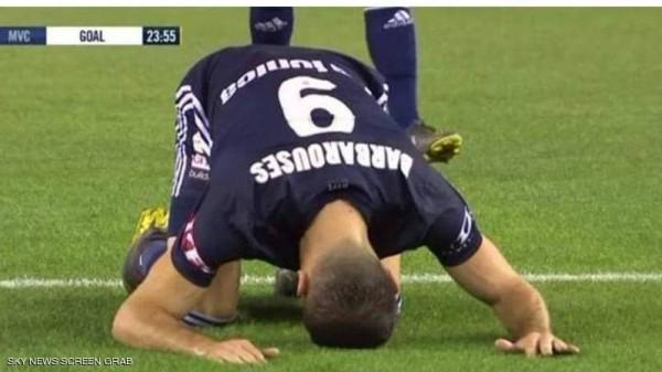 لاعب غير مسلم يسجد تكريمًا لضحايا نيوزيلندا