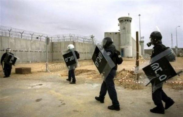 توتر بمعتقل (رامون).. إصابة عدد من الأسرى بعد اعتداء قوات الاحتلال عليهم