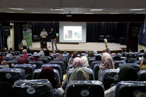 الضابطة الجمركية تقدم محاضرة إرشادية حول عمل الجهاز في جامعة الخليل