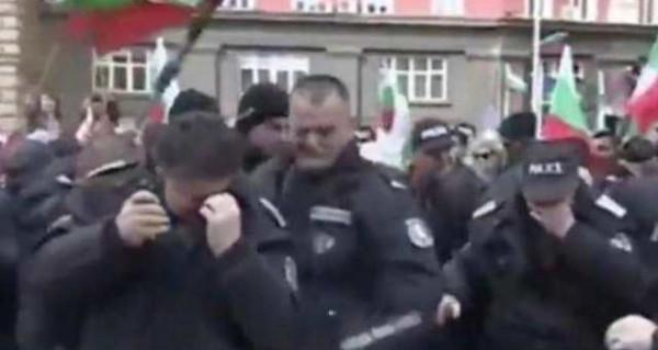 شاهد: الشرطة البلغارية تطلق الغاز المسيل للدموع تجاه محتجين فيصاب واحد منهم
