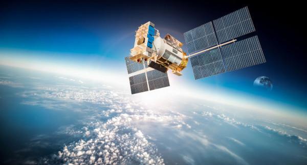 الإمارات تُطور أول قمر صناعي عربي مشترك