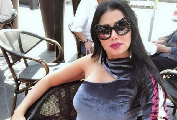 رانيا يوسف تثير غضب الجمهور بالكشف عن ساقيها دائماً