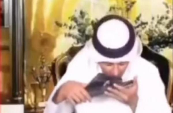 """شاهد: مُذيع إماراتي يُقبّل حذاء """"محمد بن زايد"""""""