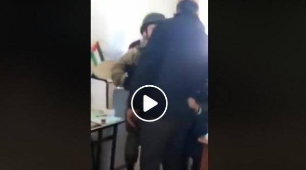 """شاهد: قوات الاحتلال تقتحم مدرسة في """"الخليل"""" لاعتقال طفل"""