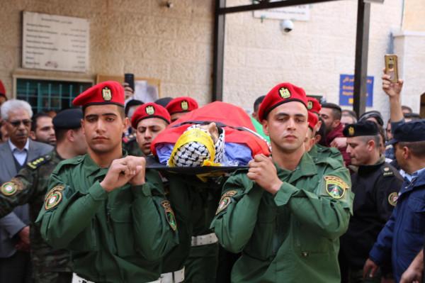 """عبر جنازة عسكرية.. بيت لحم تُشيع جثمان الشهيد """"أحمد مناصرة"""""""