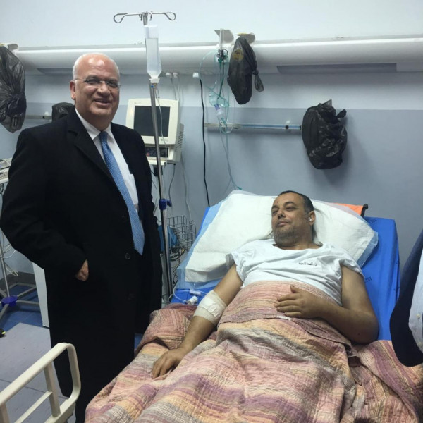 عريقات يعود عاطف أبو سيف حيث يتلقى العلاج بمجمع فلسطين الطبي