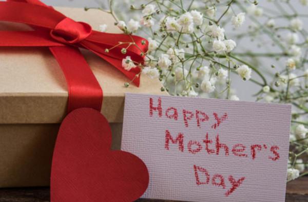 """""""الأزهر للفتوى"""": ليس في الشرع ما يمنع الاحتفاء بالأم"""