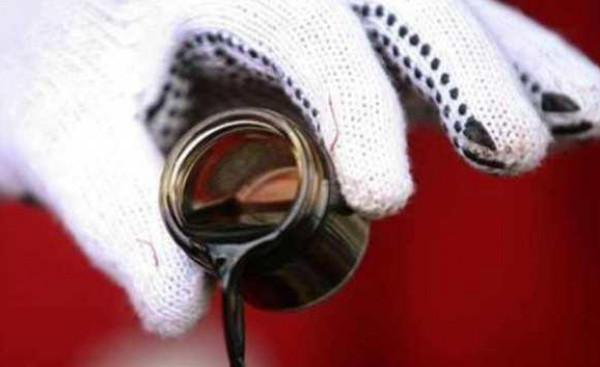 أسعار النفط تهبط من ذروة أربعة أشهر