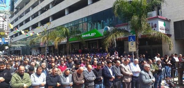 فلسطينيون يقيمون صلاة الجمعة بمناطق عامة وسط نابلس