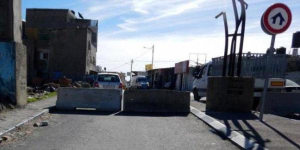 قوات الاحتلال تغلق مداخل بلدة حزما الرئيسية