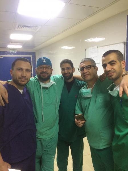 طبيب ألماني فلسطيني يجري عمليات جراحية في العمود الفقري في مستشفى رفيديا