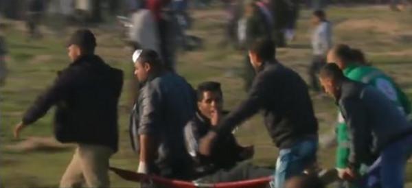 شاهد: شاب فلسطيني يُشعل سيجارته وهو مصاب