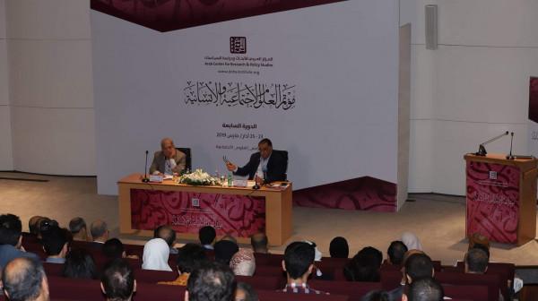 عزمي بشارة محاضرًا في اليوم الثاني لمؤتمر العلوم الاجتماعية والإنسانية