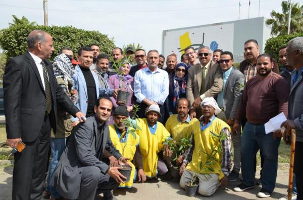 محافظ الاسماعيلية يدشن مبادرة هنجملها لزراعة الأشجار المثمرة بالشوارع والميادين