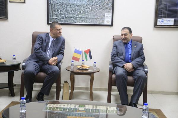 رئيس بلدية قلقيلية يستقبل سفير دولة رومانيا