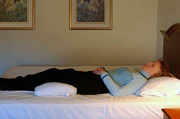 لهذا السبب عليك وضع وسادة تحت الركبة أثناء النوم