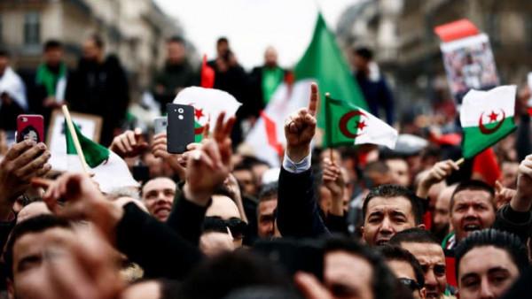 """جيش الجزائر يُجدد وقوفه مع الشعب.. والمتظاهرون يطالبون برحيل """"الباءات الثلاثة"""""""